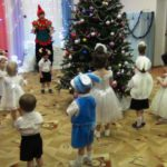 Танцуют все ребята, снежинки и зверята!