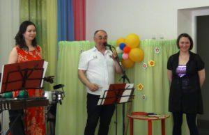Заслуженный артист России Владимир Попов, руководитель ансамбля