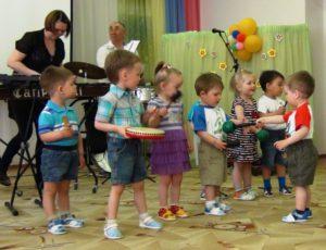 Малыши с удовольствием играли на музыкальных инструментах