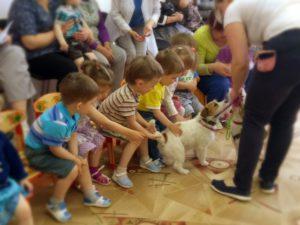 Ребята с интересом изучили собачку Люсю и проверили, настоящий ли у нее хвостик