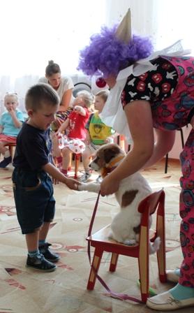 Дети поздоровались с собачкой за лапку